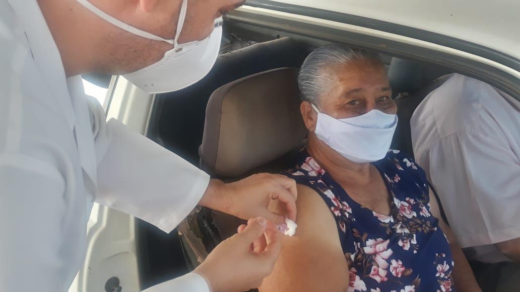 Idosos de 70 e 71 anos são vacinados em Nova Ponte